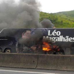 """""""Foi só um susto; em maio estaremos em Nova Xavantina"""", diz Léo Magalhães após ônibus pegar fogo"""